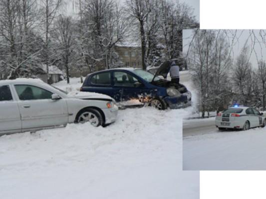 Скользкие улицы: две иномарки не поделили перекрёсток (фото) <span class=comment-count>(1)