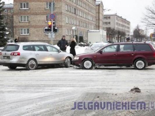 Столкнулись Volkswagen и Mercedes-Benz — пострадала дама